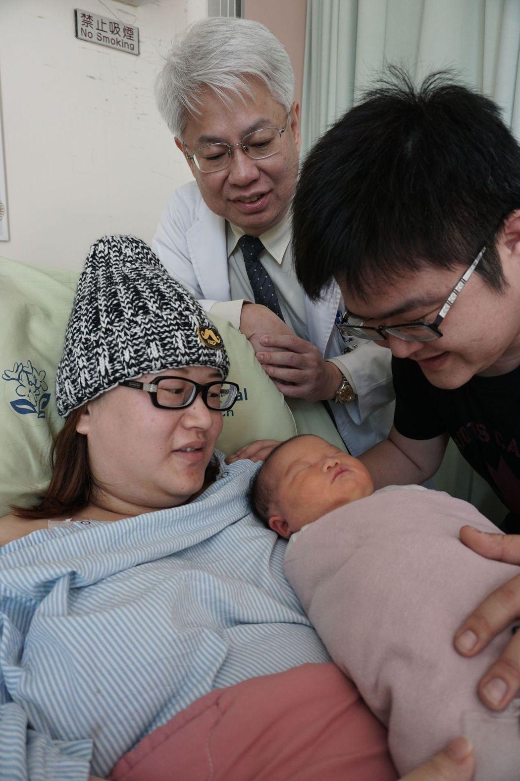 林姓產婦(左)在醫師黃元德(中)搶救下,母女均安。記者趙容萱/攝影
