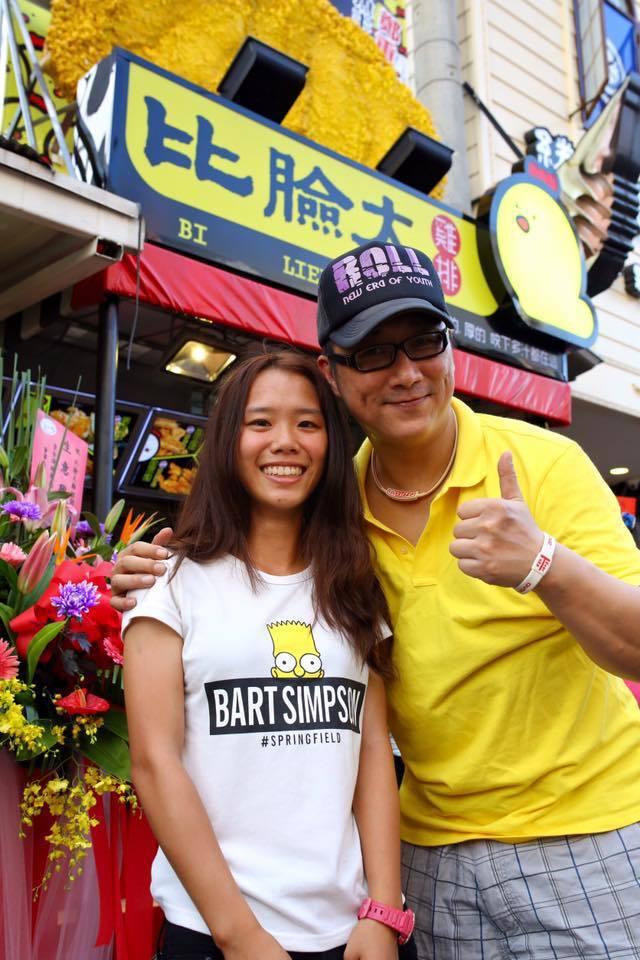 薛志正現改名叫「薛子騛」現在專職雞排事業,已有13家連鎖店。圖/取自比臉大官網