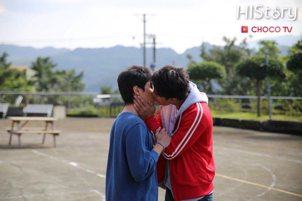賴東賢(右)、蔣昀霖拍網劇「MY HERO」,曖昧橋段狂冒粉紅泡。圖/CHOCO...