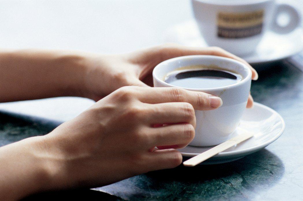 當我在手術前告知患者及家屬,術後當天可以喝咖啡,他們常反問我:真的嗎?根據文獻,...