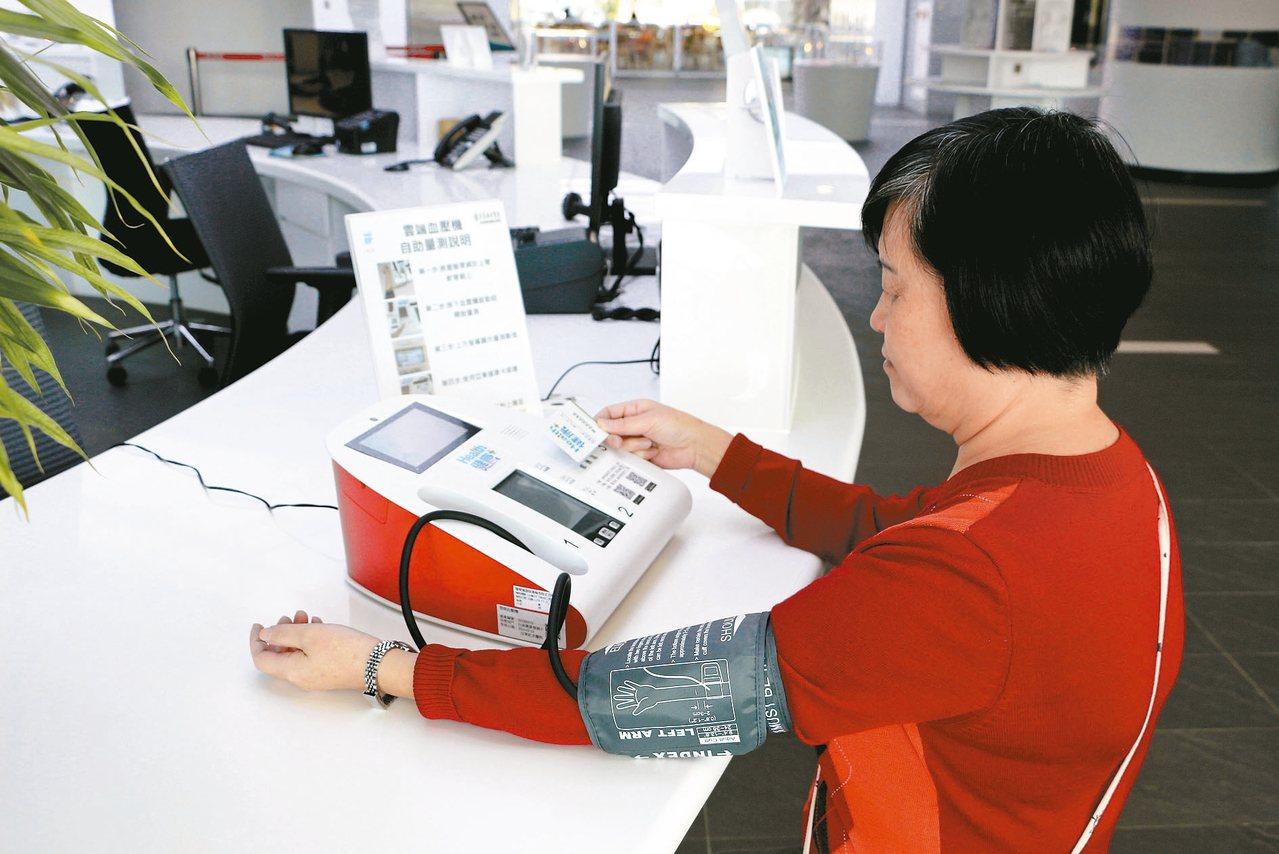 新北市立圖書總館與亞東醫院攜手開辦免費銀髮保健課程,設置雲端血壓機。 圖/新北市...