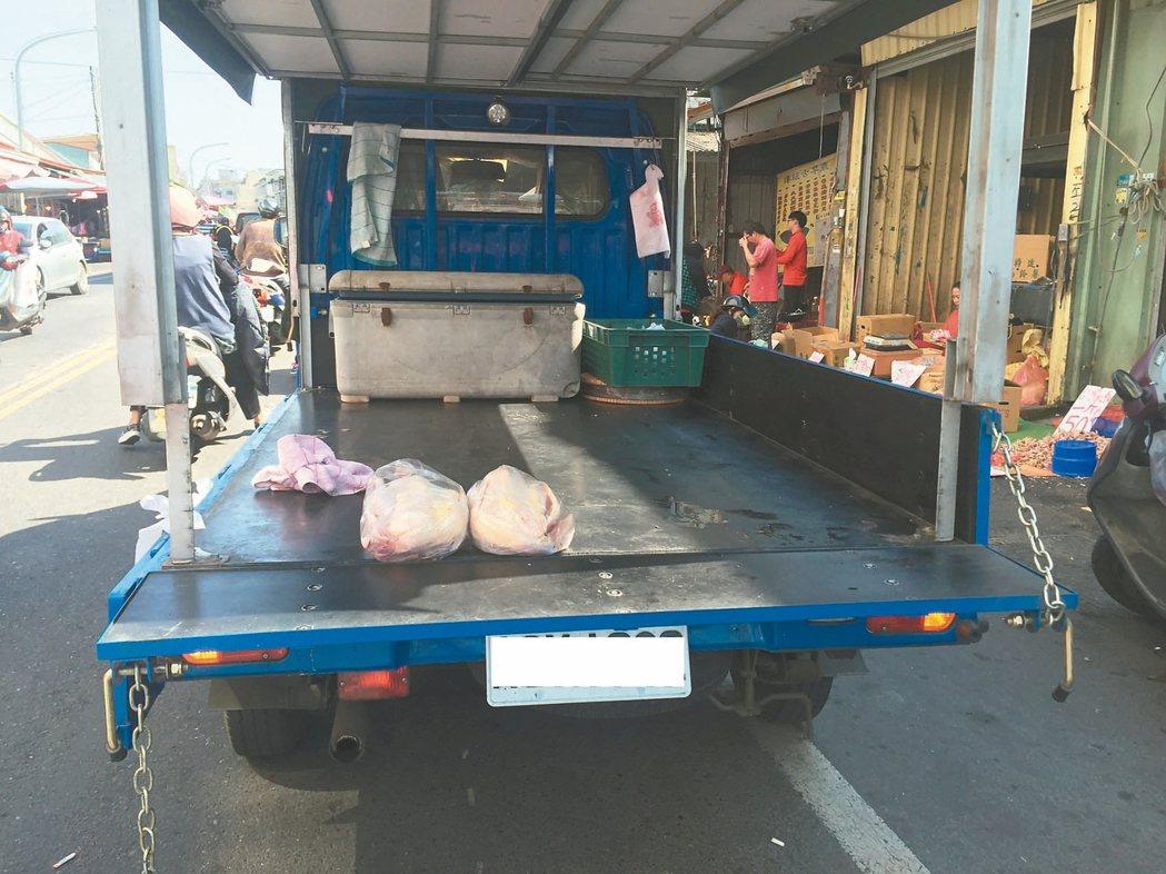 南投市傳統市場卻出現小貨車,販售現宰的土雞,恐成防疫漏洞。 記者江良誠/攝影
