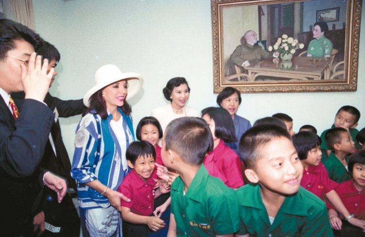 婦聯會成立的華興育幼院國內外馳名,國際級明星瓊考琳絲(左)也曾於一九九三年造訪。...