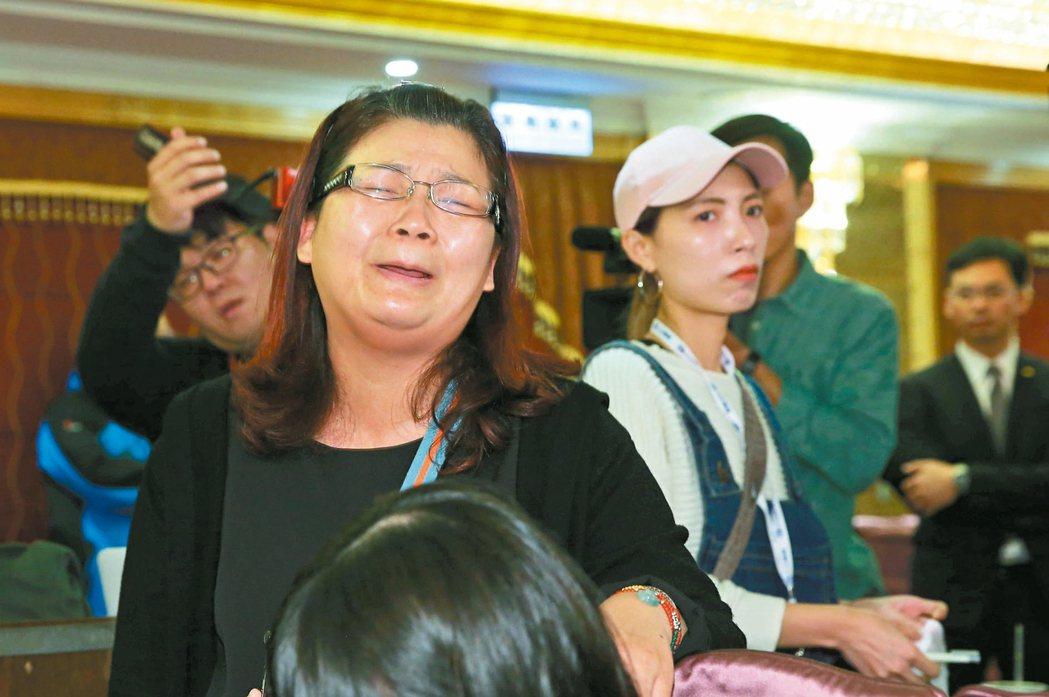 司機康育薰的姊姊到場提出質疑,悲慟不已。 記者林俊良/攝影