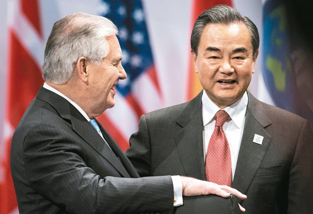 提勒森終於來到,王毅笑開了(右)。這是川普上任後,美中最高層官員的重要會面。 路...