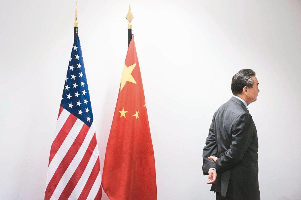 大陸外交部長王毅昨在G20外長會議的場邊會議中,與同僚等候美國國務卿提勒森到來。...