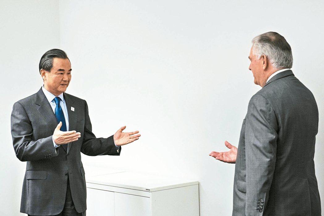 提勒森終於來到,王毅笑開了(左)。這是川普上任後,美中最高層官員的重要會面。 路...