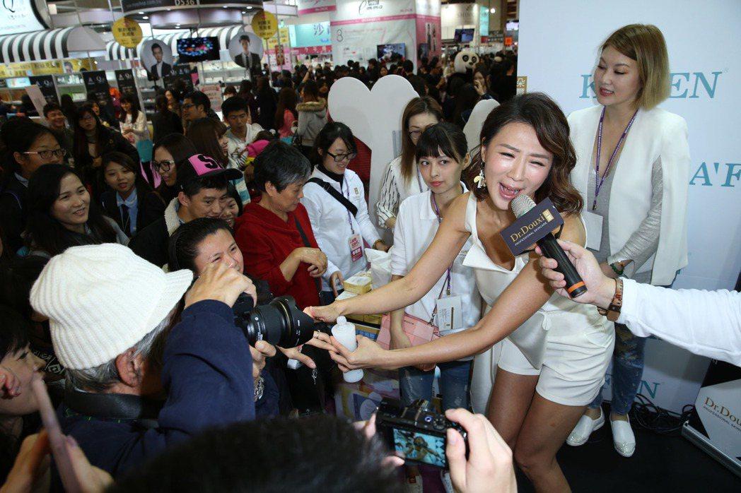 連靜雯(右二)出席化妝品展,與粉絲互動。記者陳瑞源/攝影