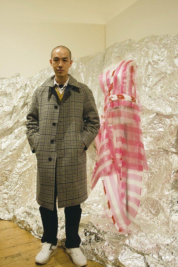 陳劭彥與作品「紅白塑膠袋禮服」,在倫敦時裝周的台灣館展出。圖/陳劭彥提供