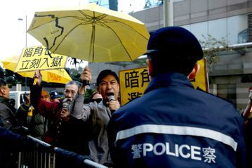 香港七名涉嫌於「佔領中環」期間毆打示威人士的員警,判決於本週定案。全部判刑兩年。 圖/路透社