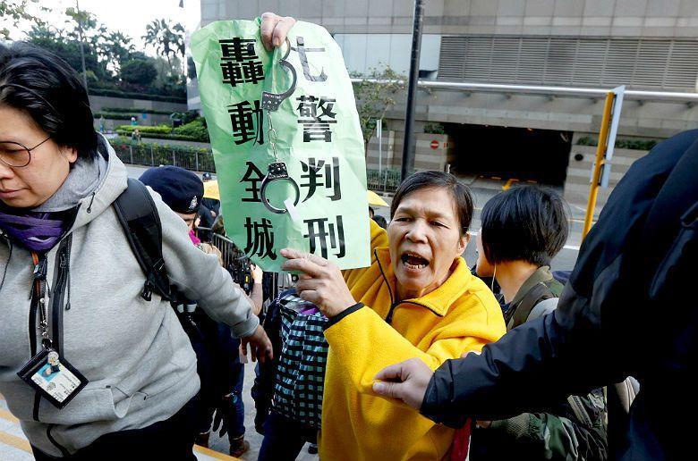 「七警毆打案」法庭外要求法院判刑的示威人士。 圖/路透社