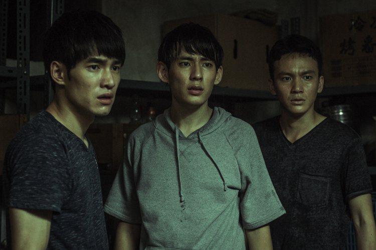 張書豪(左起)、徐鈞浩、曹晏豪演出「天黑請閉眼」,劇中在人人都可能是兇手謎團中,...