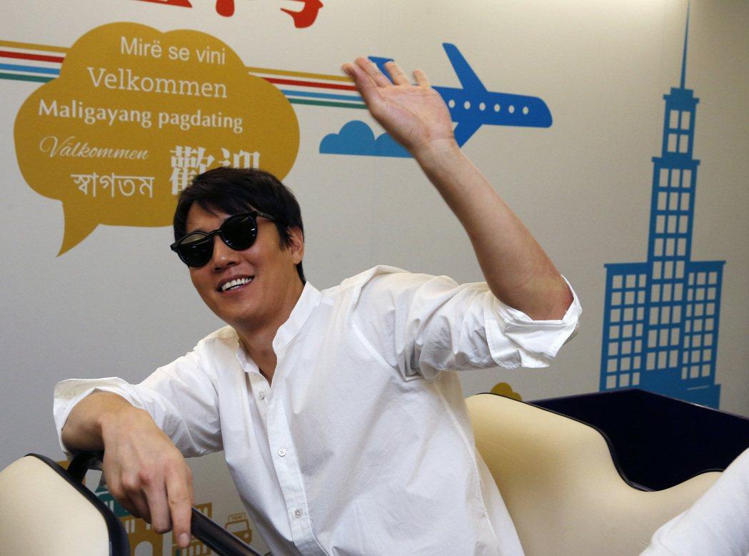 有韓國「燦爛笑容王子」之稱的金來沅中午搭乘KE-691班機抵達台灣。記者鄭超文/...