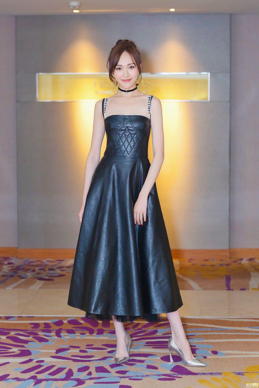 唐嫣以高瘦身形詮釋Dior皮裙。圖/取自twitter