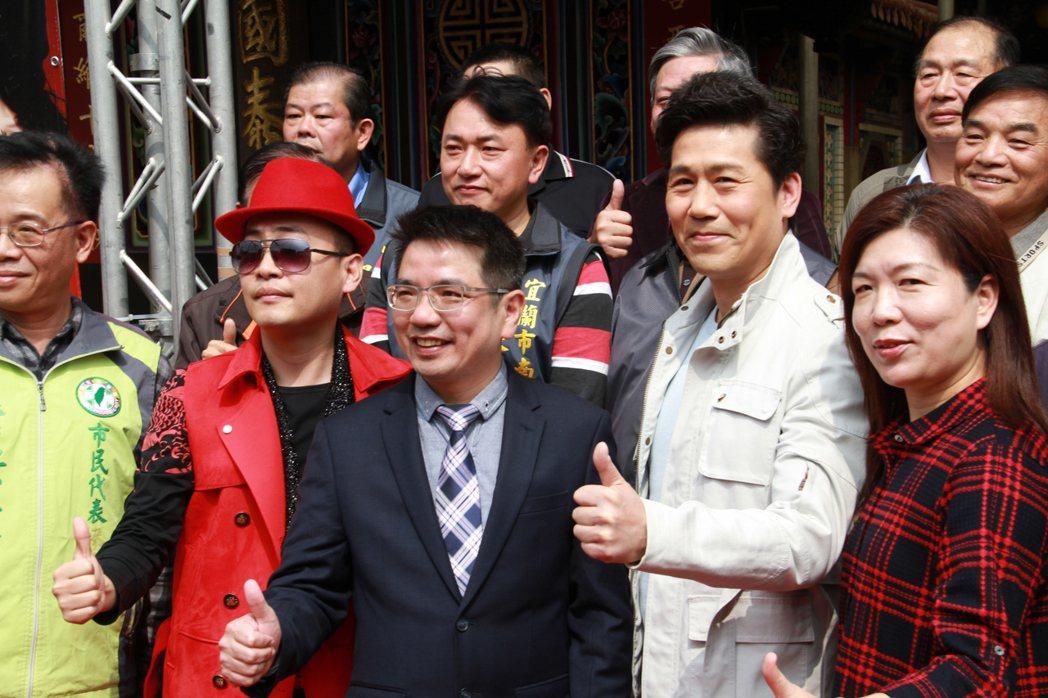 金曲歌王羅時豐(右二)應邀擔任2017年宜蘭大拜拜壓軸歌手。記者羅建旺/攝影