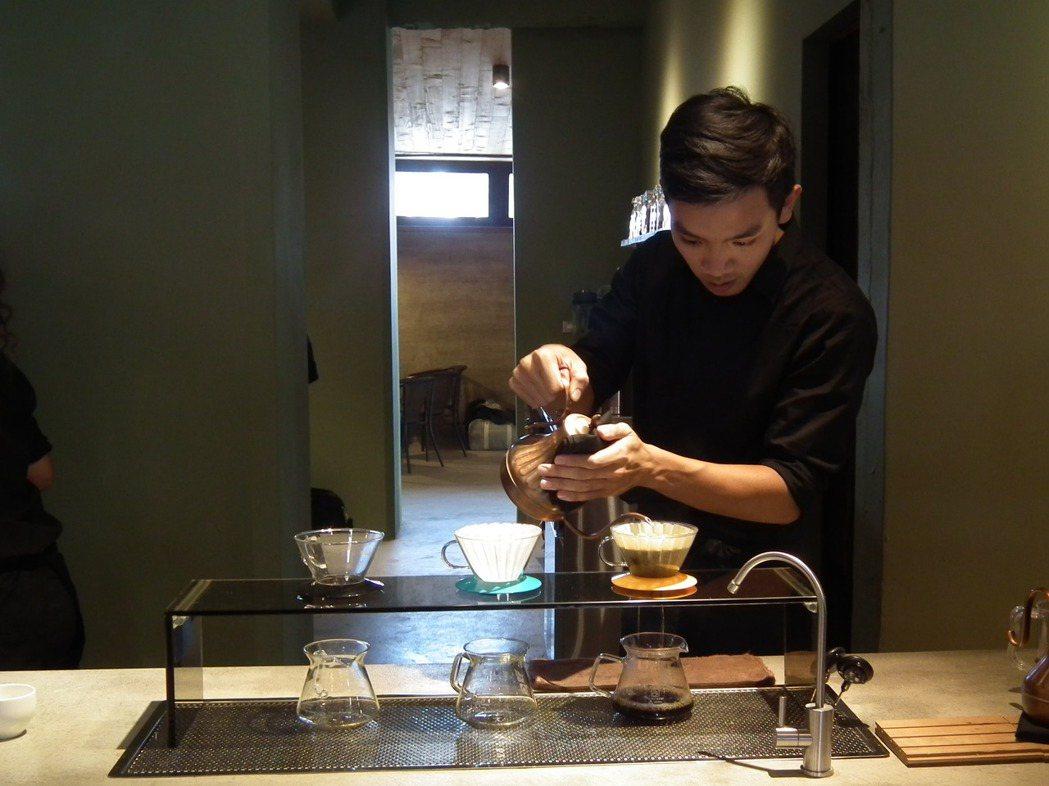 「黑黑咖啡館」每一位書屋孩子所煮出的咖啡,都非常用心專業。記者尤聰光/攝影