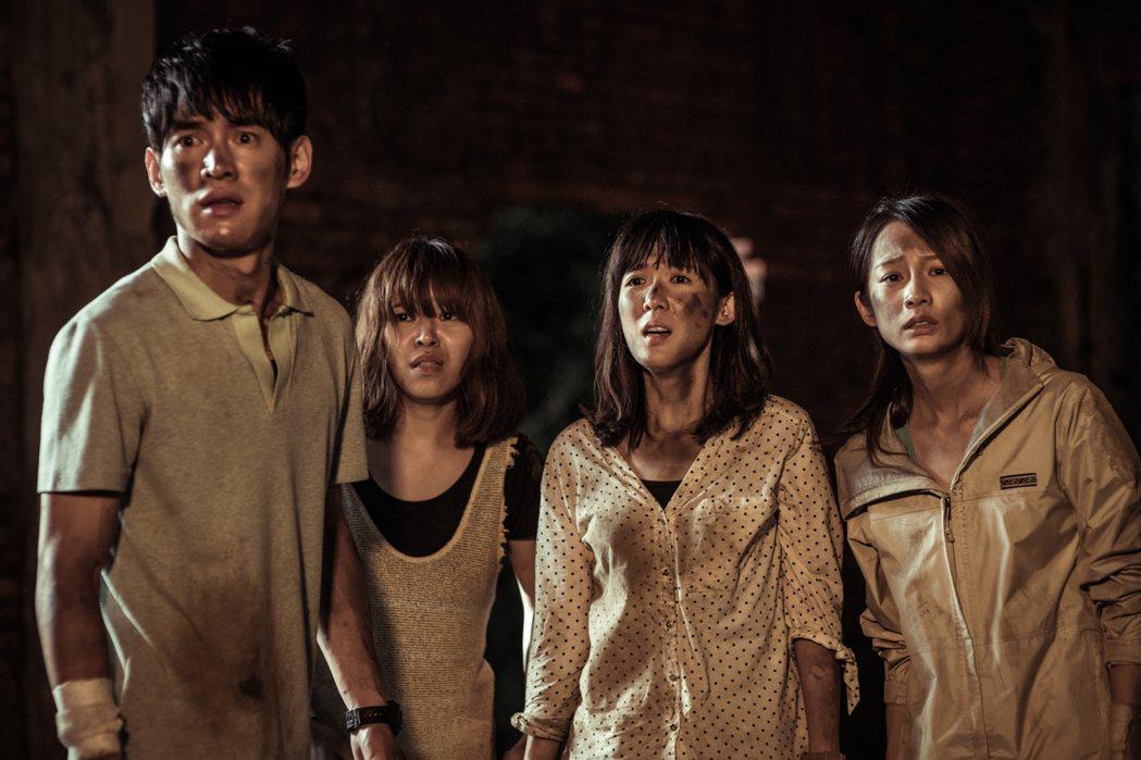 張書豪(左起)、朱盛平、孫可芳、簡嫚書演出「天黑請閉眼」。圖/台視提供
