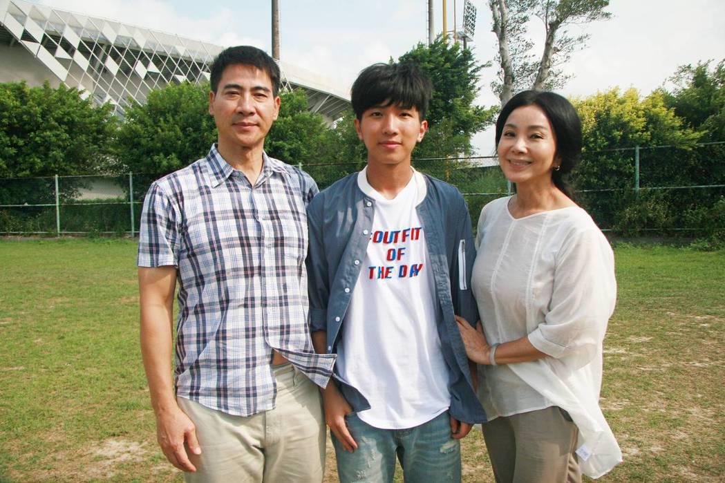 翁家明(左起)、張韋德、陳美鳳演出一家人。圖/公視提供