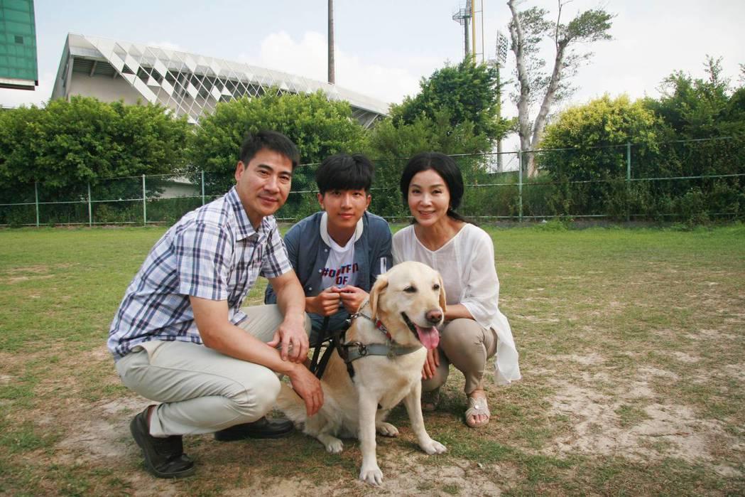 翁家明(左起)、張韋德、陳美鳳體驗盲人棒球和導盲犬互動。圖/公視提供