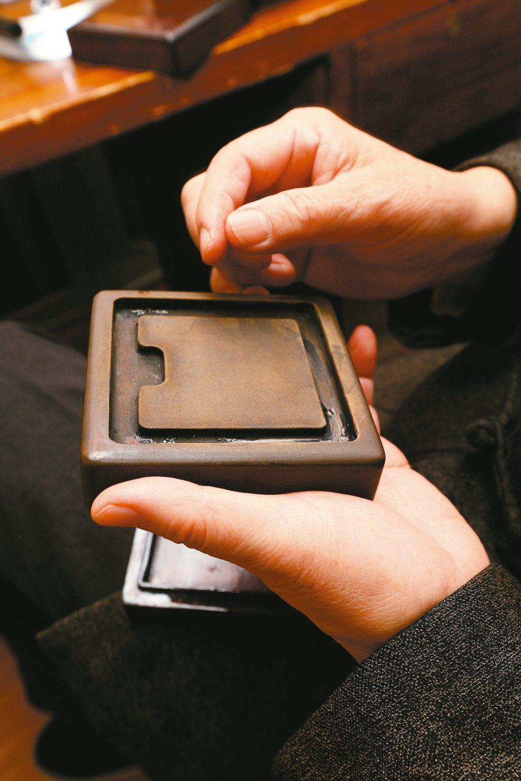 亮軒展示他收藏的硯石。 圖╱本報記者曾學仁攝影