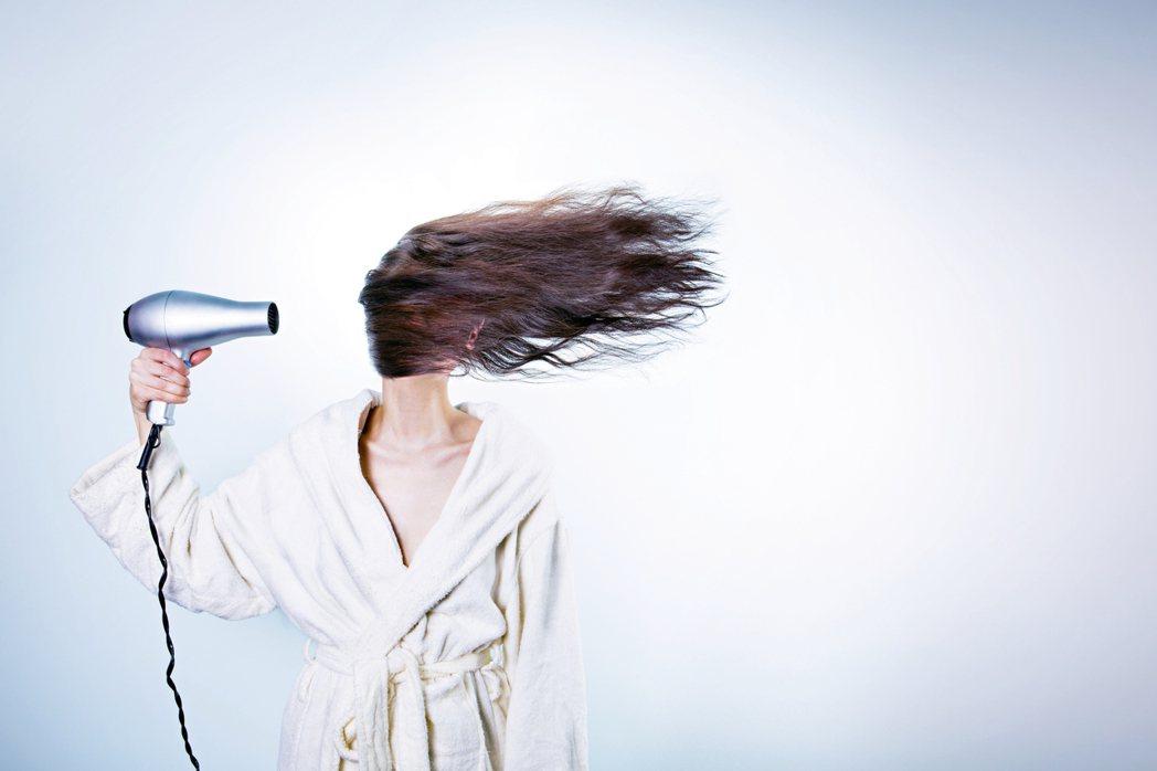 現代人喜愛染、燙、吹、整秀髮,久而久之頭髮受損嚴重,看起來乾枯沒有光澤,若因此再...