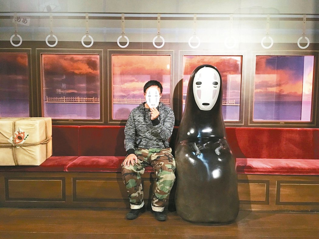 粉絲打扮成無臉男的樣子與無臉男一起搭電車。 圖/主辦單位聯合報系提供