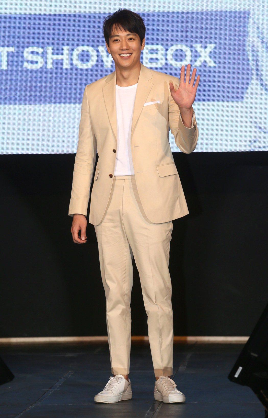 相隔12年韓星金來沅再度來台會粉絲,記者會上他對著鏡頭揮手致意,向粉絲們打招呼。...
