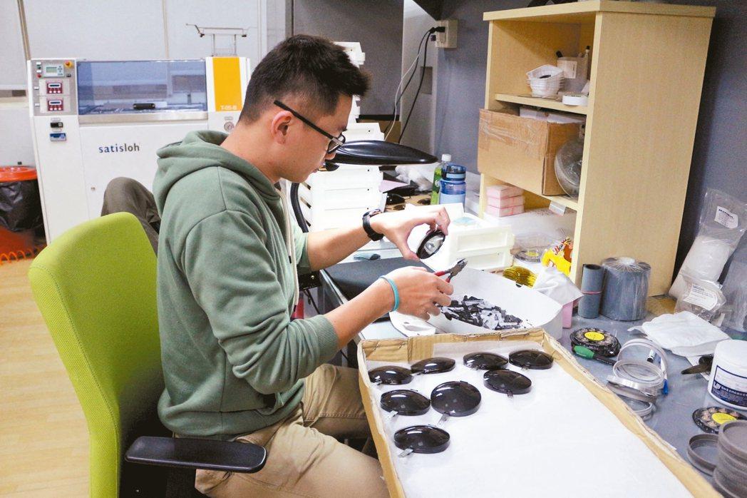 華美光學自主研發、製造高曲度矯正運動鏡片。