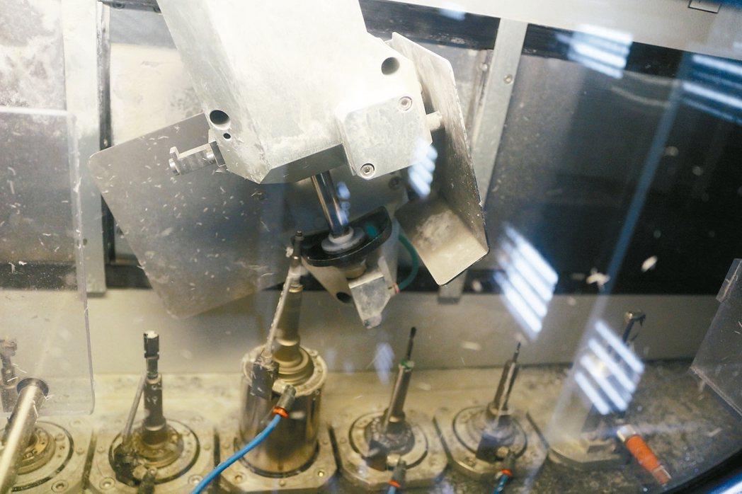 華美光學的自動化鏡片產線。