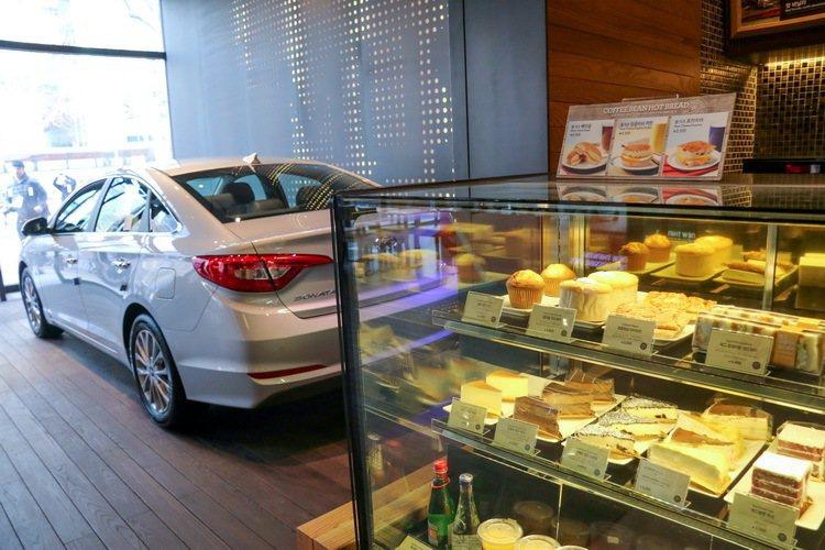 香醇咖啡、美味蛋糕伴隨著現代汽車新車款。 記者史榮恩/攝影