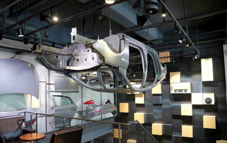 樓梯間的汽車元素裝飾。 記者史榮恩/攝影