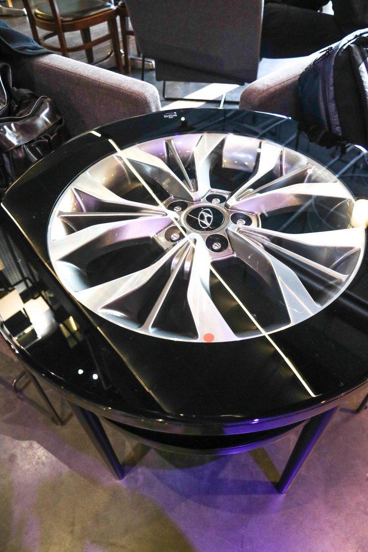 用輪圈設計的咖啡桌。 記者史榮恩/攝影