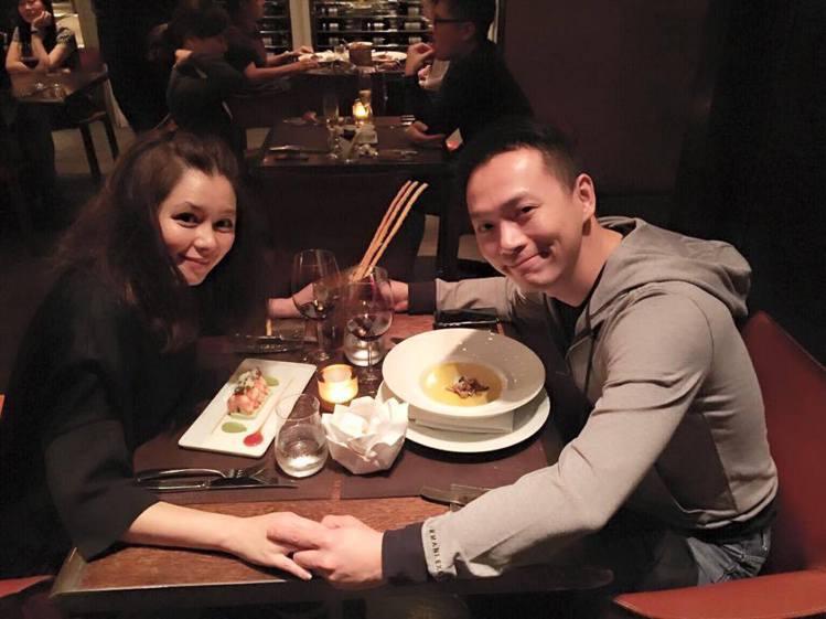 徐若瑄自從嫁給新加坡富商李雲峰之後,生下兒子Dalton,一家三口過得相當開心。...