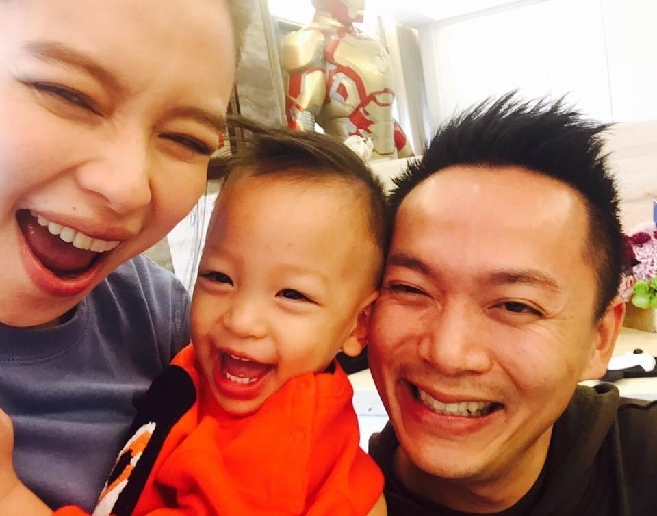 徐若瑄自從嫁給新加坡富商李雲峰之後,生下兒子Dalton,一家三口過得相當開心。
