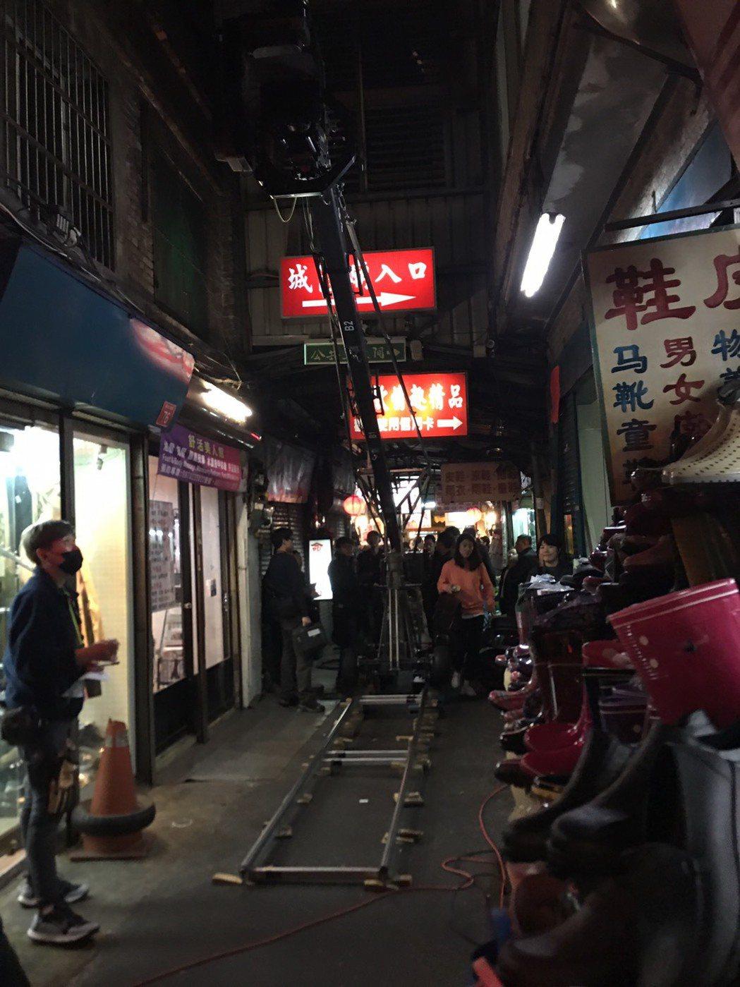 新竹市傳統市場保留古樸建築,吸引韓國電影劇組取景,大製作規模也讓民眾大開眼界。記...