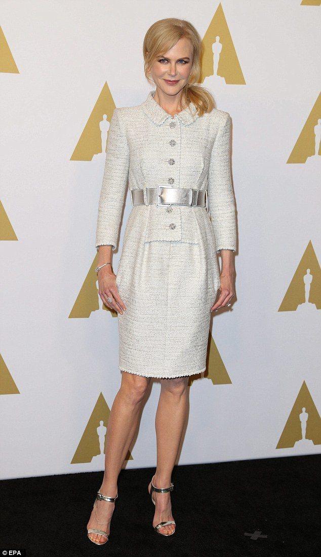 妮可基嫚則是穿上香奈兒2017春夏高級訂製系列的米白色斜紋軟呢裙裝套裝現身奧斯卡...