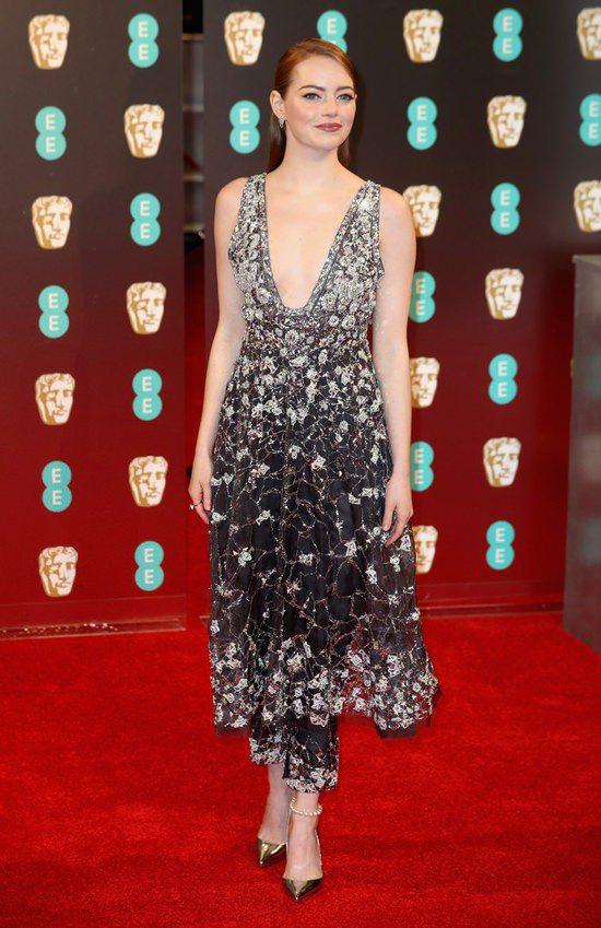 艾瑪史東出席英國奧斯卡頒獎典禮,選擇香奈兒2017春夏高級訂製系列的亮片薄紗洋成