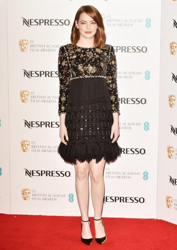 艾瑪史東在英國奧斯卡入圍晚宴中穿上香奈兒2016/17 Paris-Cosmop...
