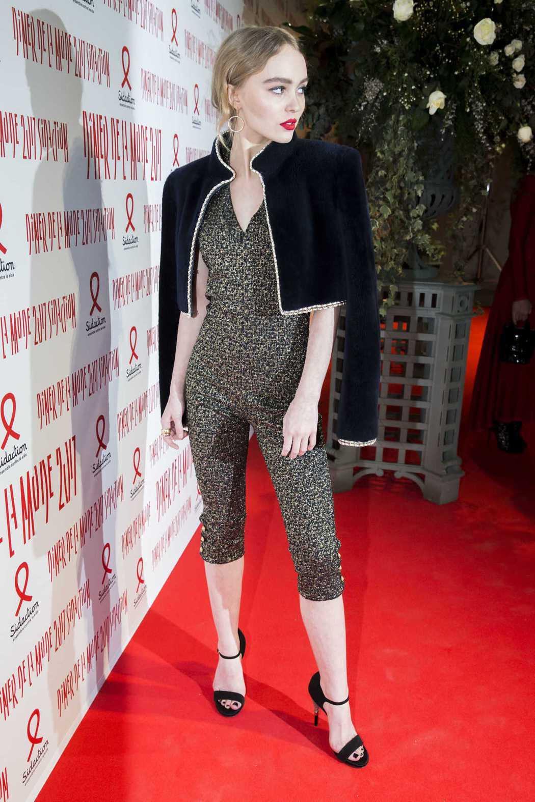 莉莉蘿絲戴普穿著香奈兒2016/17 Paris-Cosmopolite巴黎大都...
