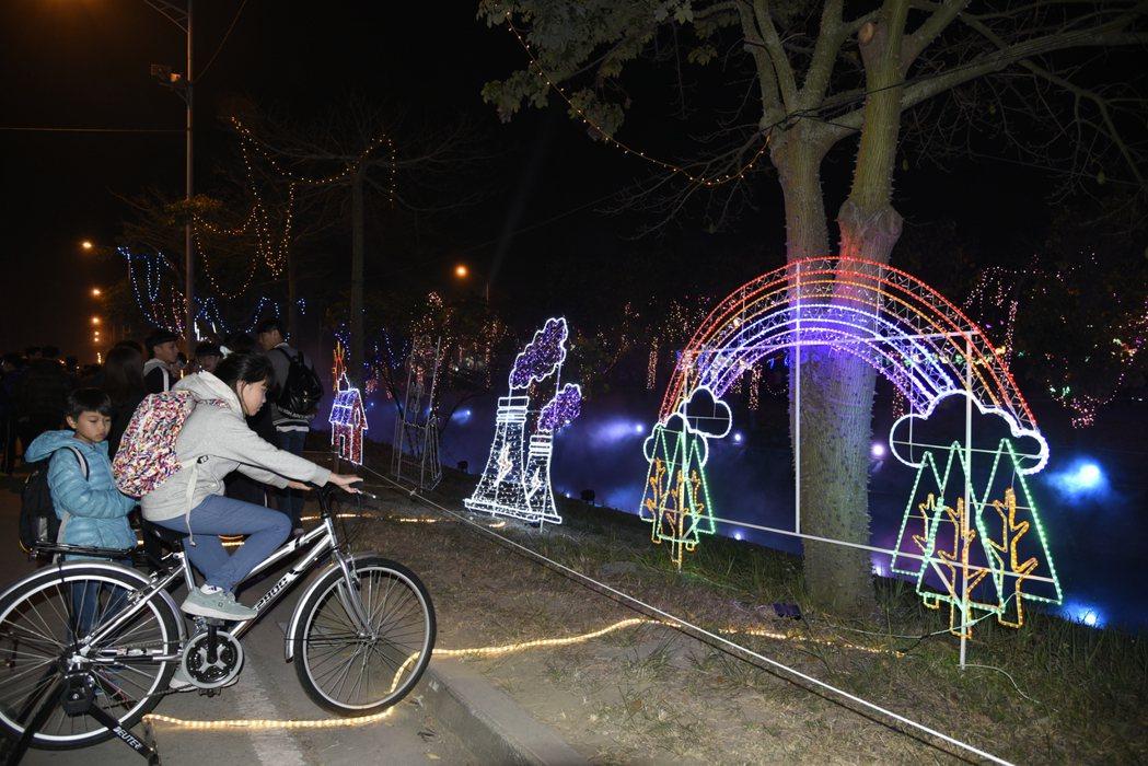 大小朋友開心騎動腳踏車點亮花燈。圖/雲林縣政府提供