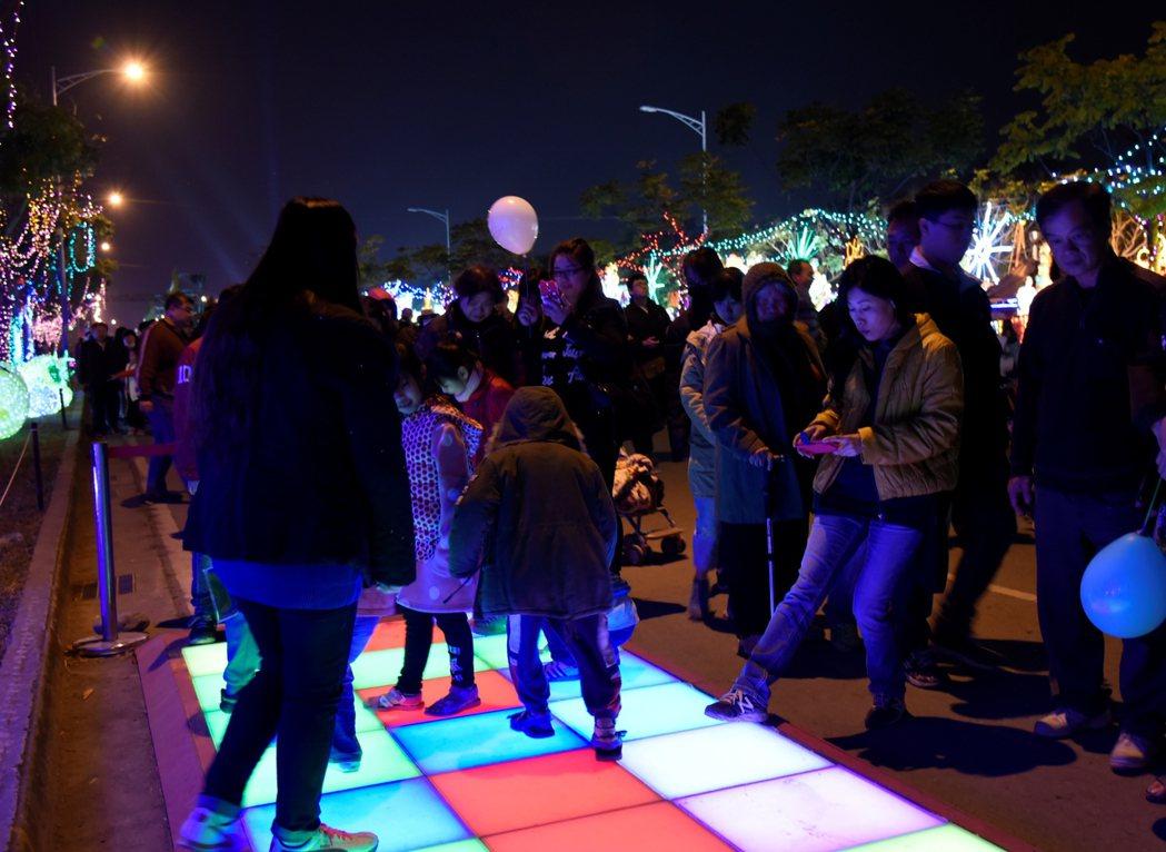 遊客踩踏點亮綠能魚塭燈組。圖/雲林縣政府提供