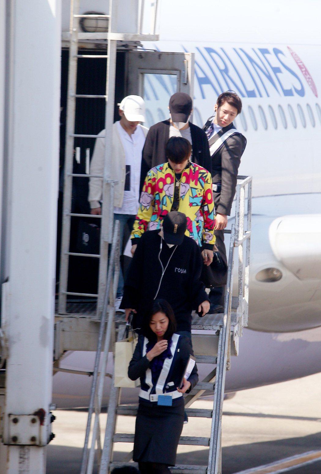 南韓團體Infinite成員19日中午從泰國曼谷搭乘中華航空公司班機抵達桃園機場...