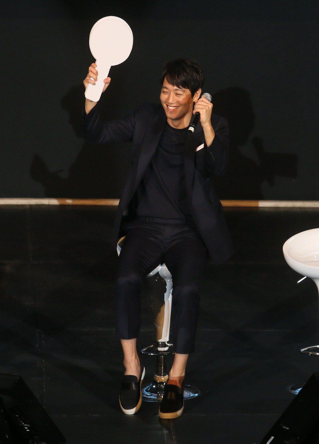 韓星金來沅來台會粉絲,在主持人引導下,他坐在椅子上跳起舞來取悅粉絲。記者許正宏/...
