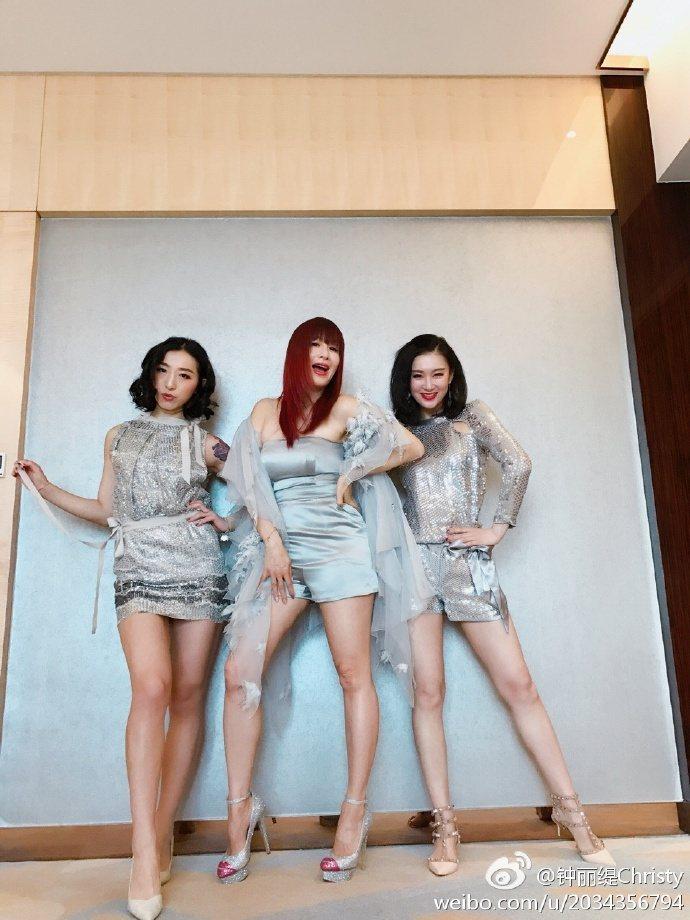 鍾麗緹(中)日前在上海出席商演時,被拍到身材明顯發福。圖/取自微博