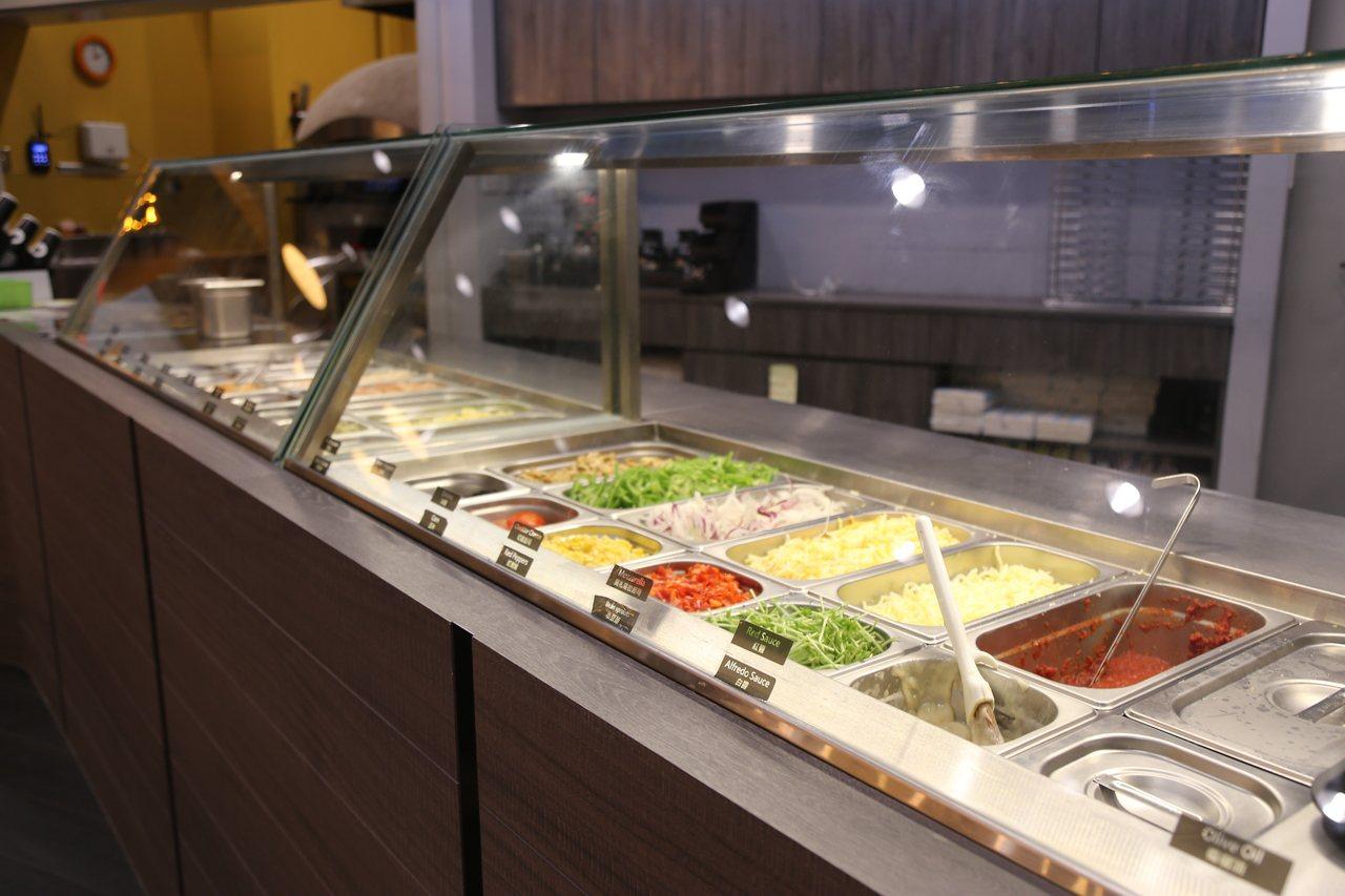 「愛翻派」研發「自己搞」特色披薩,提供近30種節氣蔬食和新鮮肉品,讓客人自由挑選...