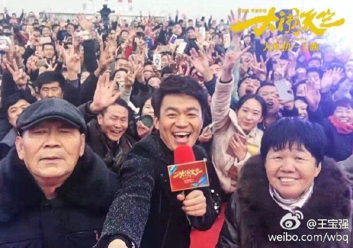 去年爆出婚變的大陸男星王寶強(前中),最近忙著為他的導演處女作「大鬧天竺」進行宣