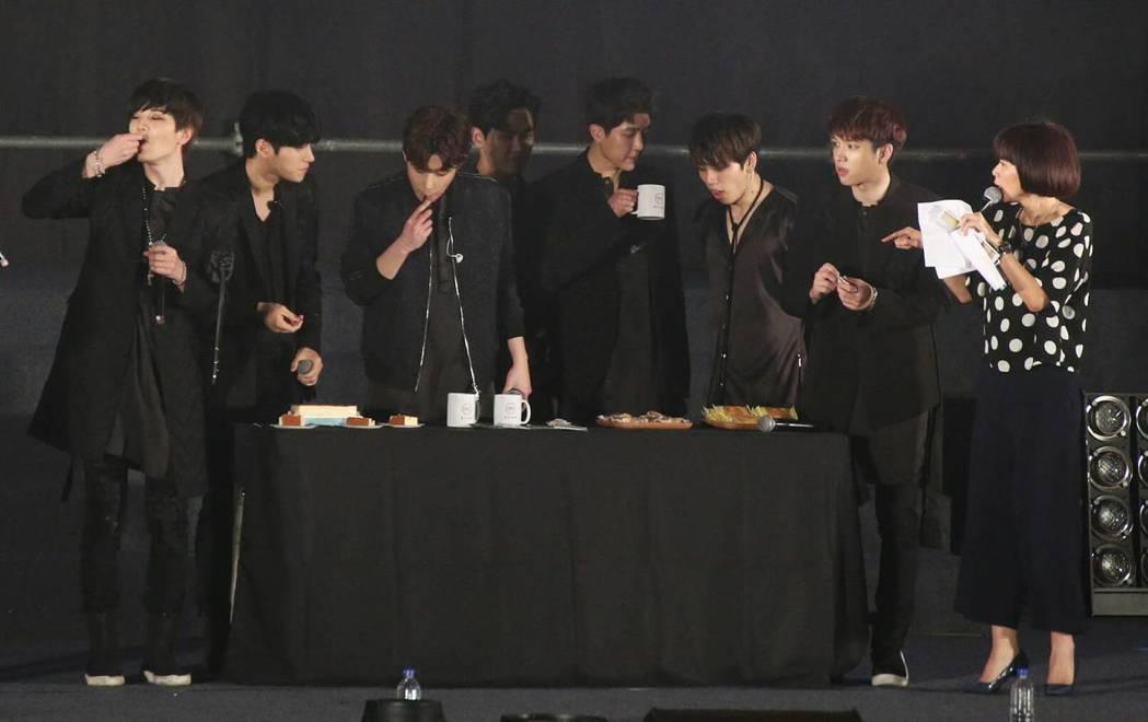 INFINITE在台上吃美食。記者陳立凱/攝影