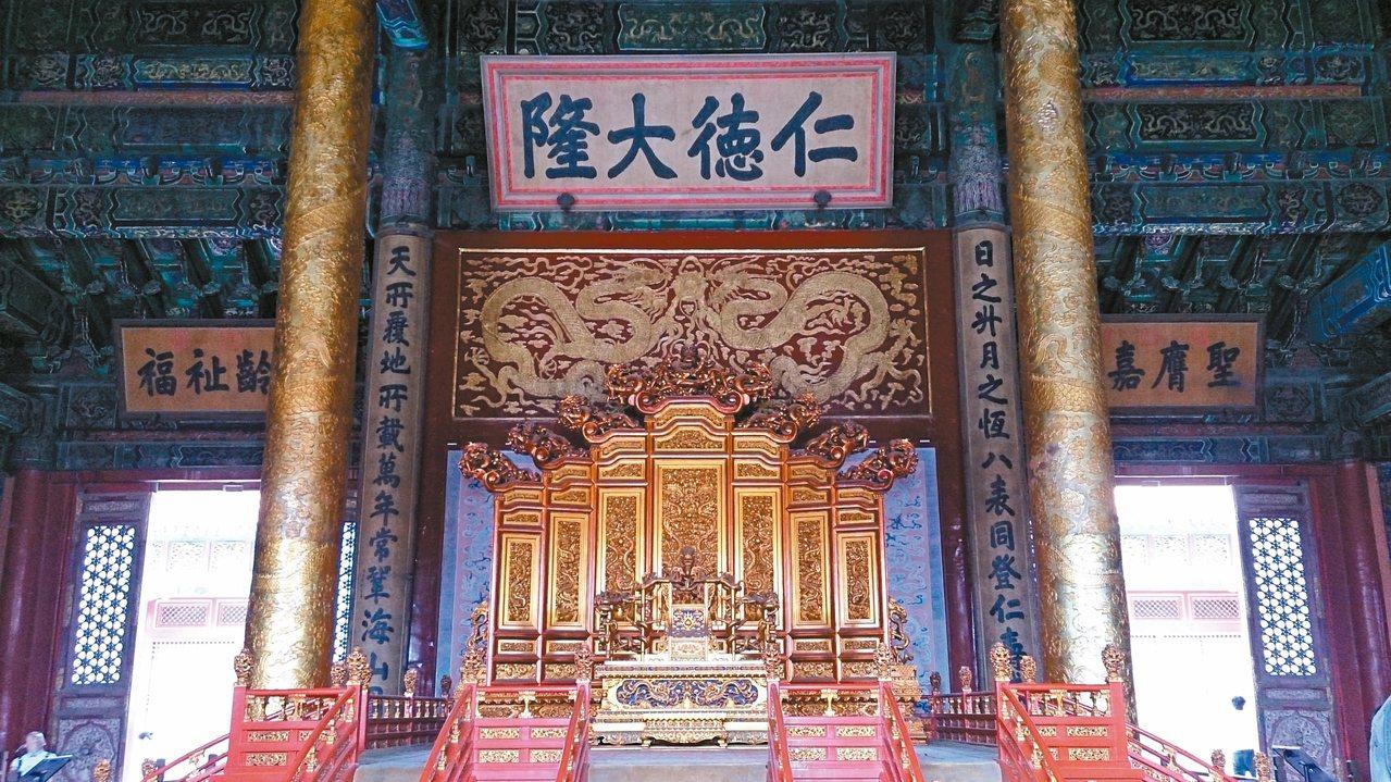 宮殿裡的龍椅及匾額。 攝影/Annie L
