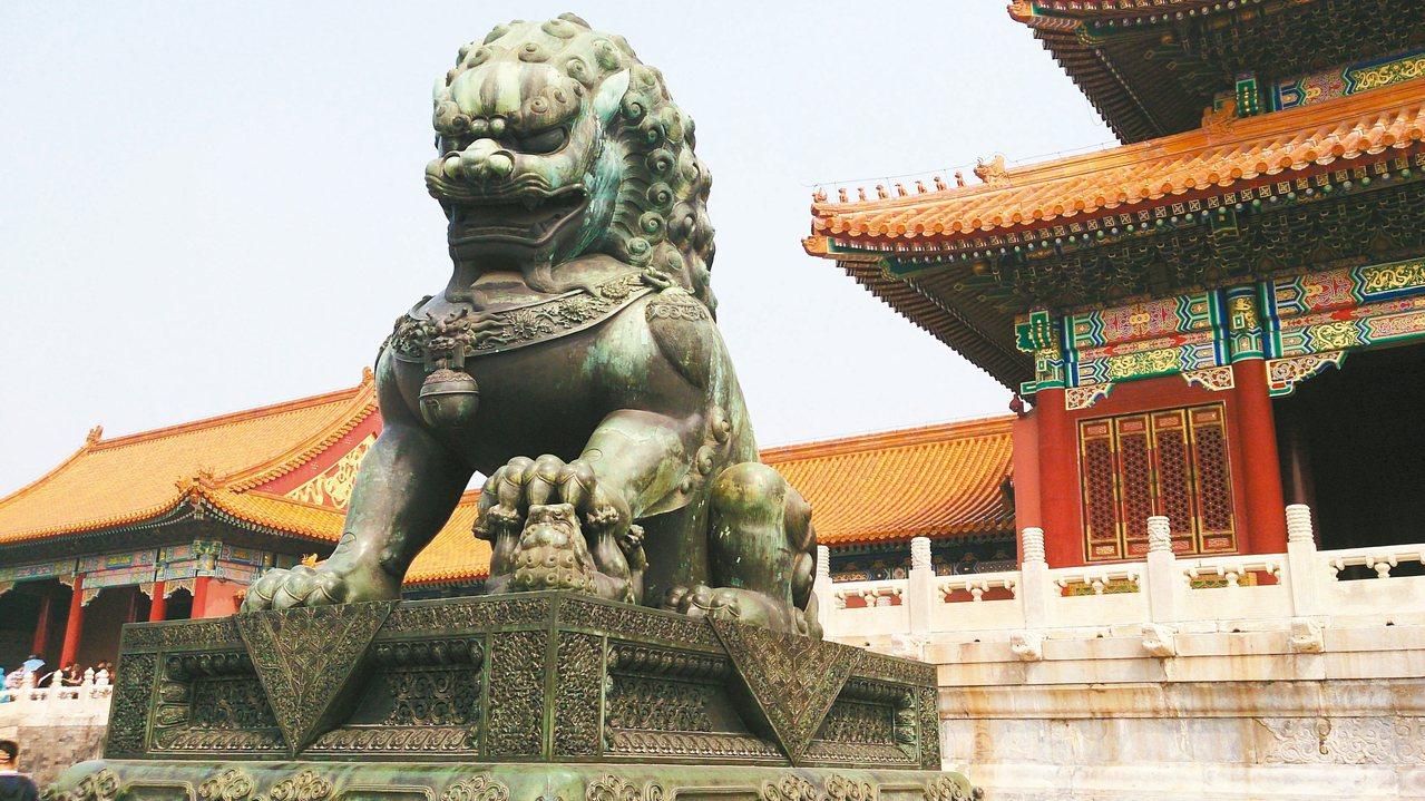 宮殿外雄壯威武的石獅。 攝影/Annie L