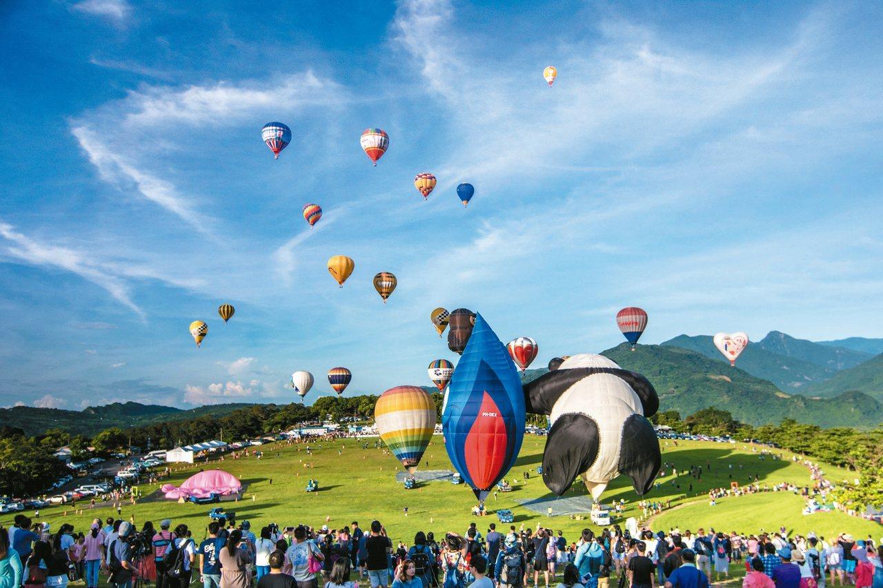 鹿野高台在228連假期間,提供有熱氣球載客服務。 圖/台東縣政府提供